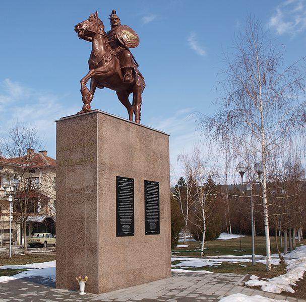 Паметникът на хан Аспарух в Стрелча
