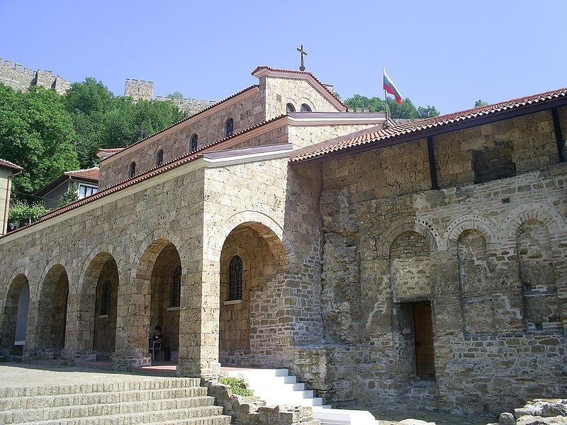 """Храм-паметник """"Свети Четиридесет мъченици"""", където е открит гробът на цар Калоян, препогребан с държавни почести на 19 април 2007 г."""