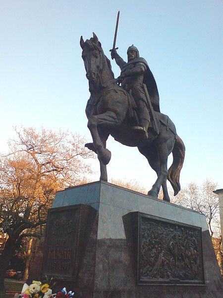 8-метровият паметник във Варна, издигнат по повод 800-те години от гибелта на владетеля и за приноса му за връщането на Варна към българската държава