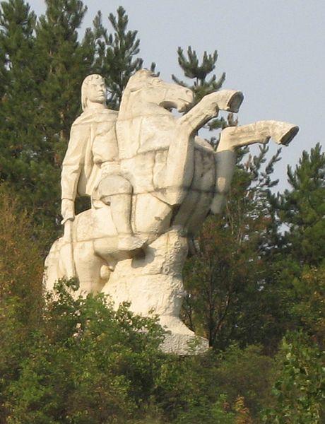 Паметник на Крум край Крумовото кале, Търговищко, в близост<br />до древната българска крепост Мисионис